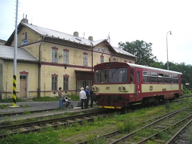 Motorový vůz řady 810 na osobním vlaku do Chebu v ŽST Aš město