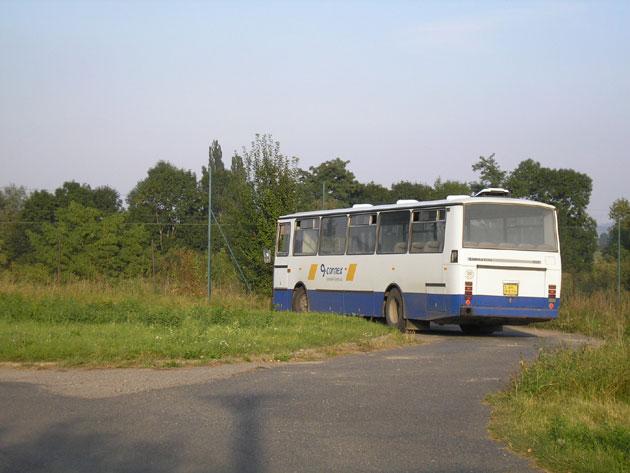 Karosa C734 se otáčí na točně nedaleko zastávky Budín