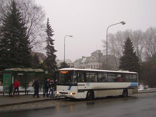 Karosa C954E na zastávce žel. stanice.