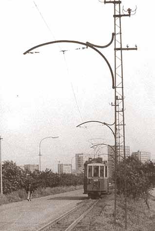 Vůz č. 425 v roce 1973 na lince 19 kousek v polích za nemocnicí směrem do města